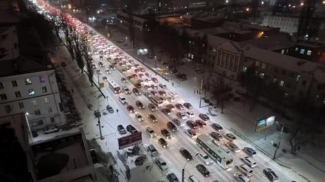 Десятибалльные пробки сковали Воронеж после начала снегопада