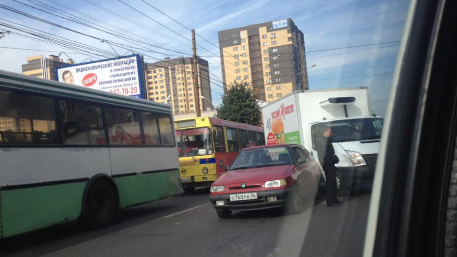 Три ДТП заблокировали движение на Московском проспекте в Воронеже