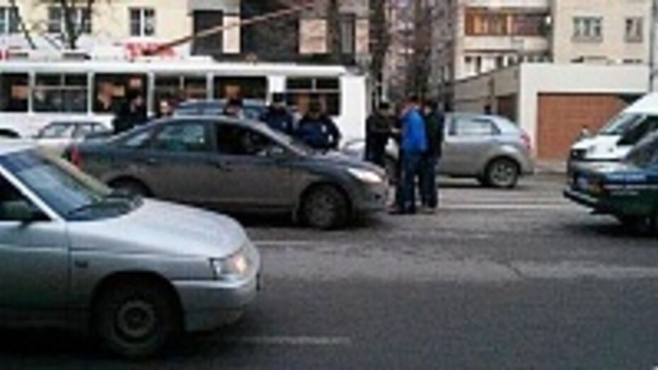 В Воронеже автохам набросился с бейсбольной битой на водителя иномарки