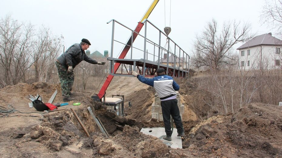 В Новой Усмани смонтировали пешеходный мост