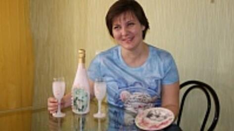 Жительница Поворино делает тарелки-портреты