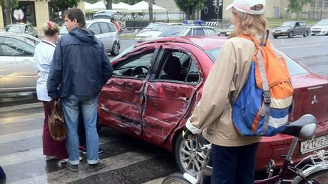 В Воронеже грузовик врезался в 2 иномарки на Ленинском проспекте
