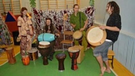 Маленьких воронежцев из школы-интерната научили играть на этнических барабанах
