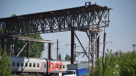 В Подгоренском районе над железной дорогой демонтировали аварийный мост