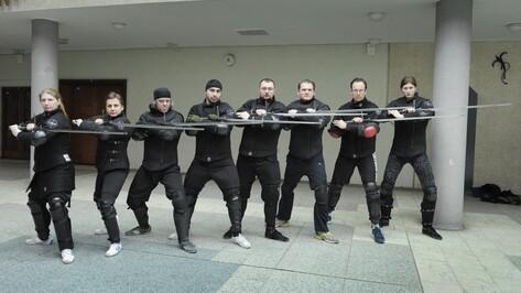 «Приходят, как в спортзал». Кто и зачем занимается историческим фехтованием в Воронеже