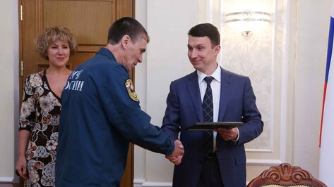 Спасателей, вынесших двоих детей из горящей квартиры на улице Ворошилова в Воронеже, наградила мэрия