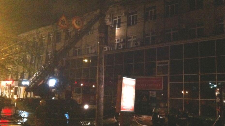 В Воронеже 55 спасателей тушили офисное здание на Кольцовской