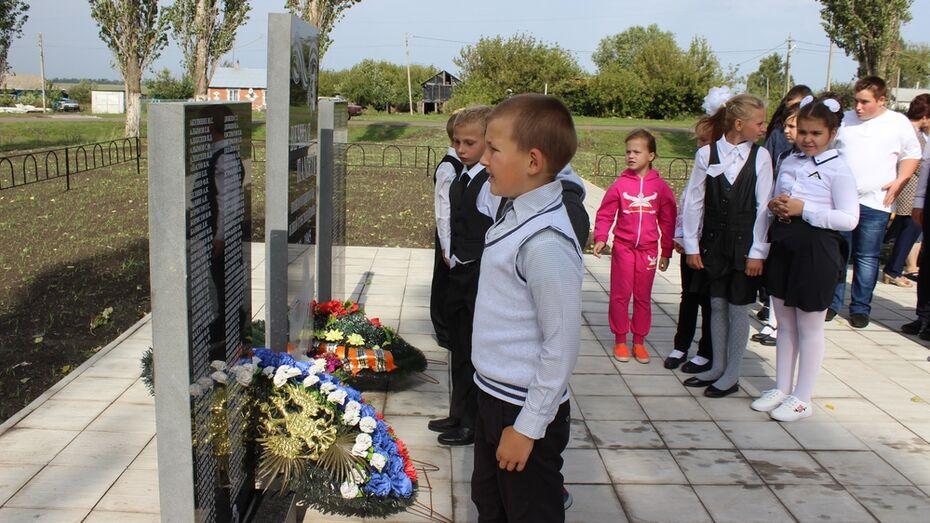 В терновском селе открыли новый памятник погибшим в ВОВ землякам