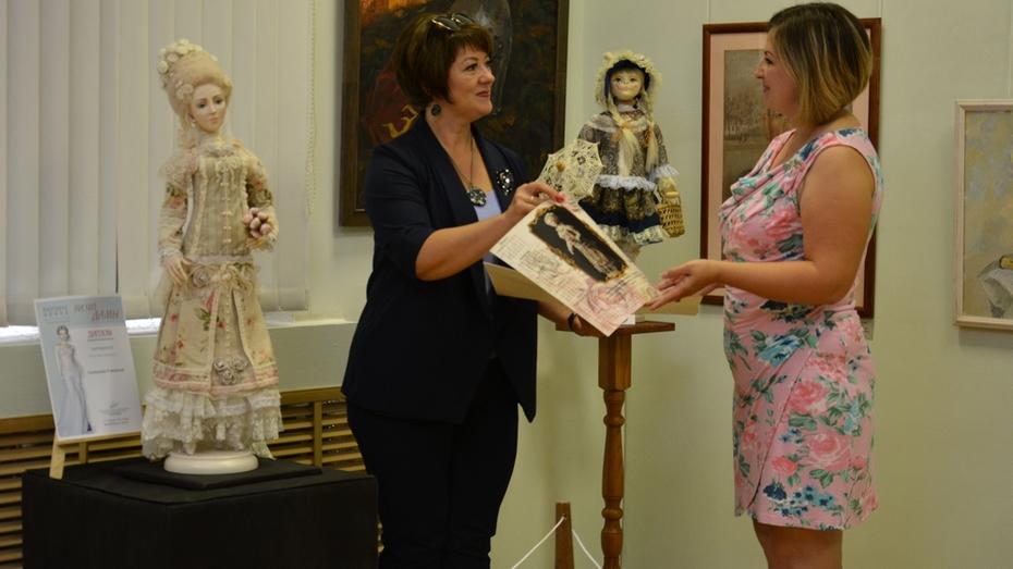 Острогожская художница выбрала имя для созданной ей в образе дамы XVIII века куклы