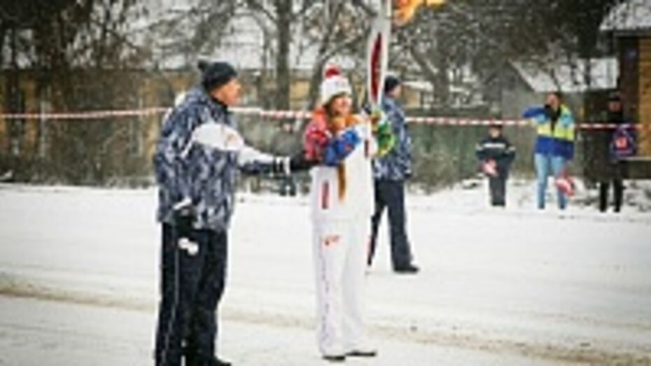 Терновская школьница пронесла факел с олимпийским огнем по улице 45-й Стрелковой Дивизии в Воронеже