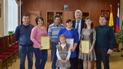 В Эртиле 3 семьям вручили жилищные сертификаты