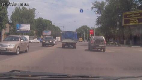 В сети появилось видео ДТП с велосипедисткой на пешеходном переходе в Воронеже
