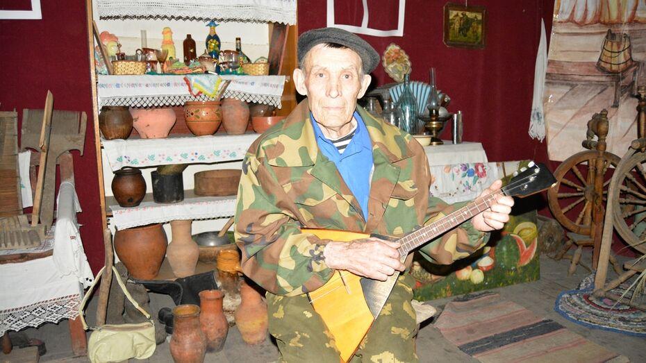 Старейшему богучарскому балалаечнику вручили «счастливый» инструмент