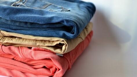 В Лисках парень и девушка украли 3 пары джинсов из магазина