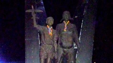 ЛГБТ-активисты надели радужные галстуки на шеи фигур бойца войск ВДВ 30-х годов и мальчика с моделью самолета в руках