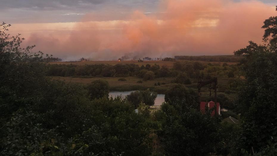 В поселке Воронежской области подготовились к эвакуации из-за пожара