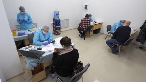 «Надоело болеть». Около 100 воронежцев за день привились от COVID-19 в здании ТЦ