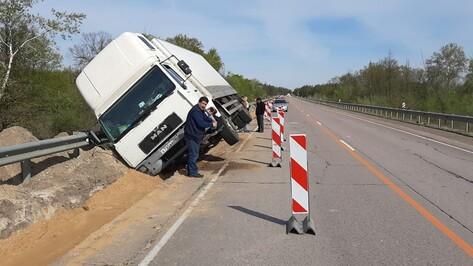 Под Борисоглебском правоохранители помогли водителю завалившегося на обочину большегруза