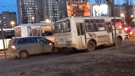 В Воронеже Ленинский проспект встал в многокилометровой пробке из-за двух аварий с маршрутками