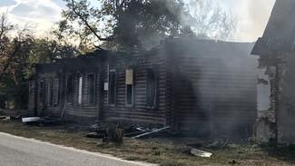 Рядом со сгоревшей старинной школой под Воронежем вновь начался пожар