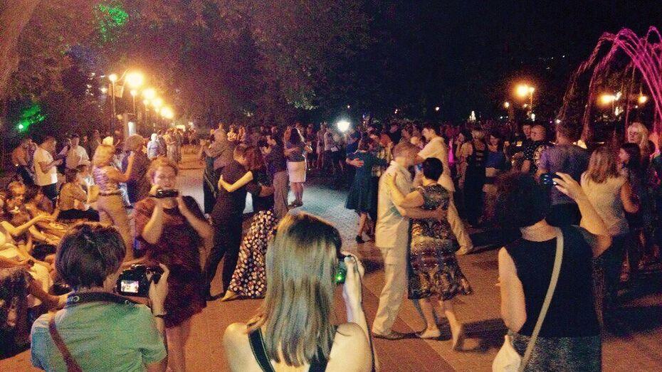 Воронежцы провели первый танго-флешмоб у светомузыкального фонтана