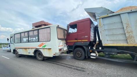 Рейсовый автобус попал под удар самосвала в Воронежской области