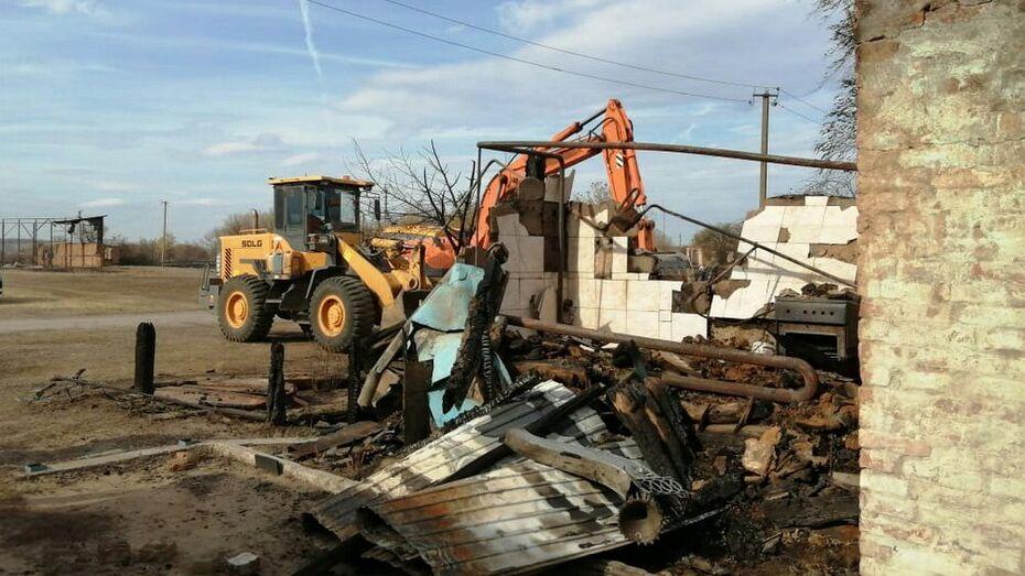 В выгоревшем воронежском селе приступили к расчистке завалов