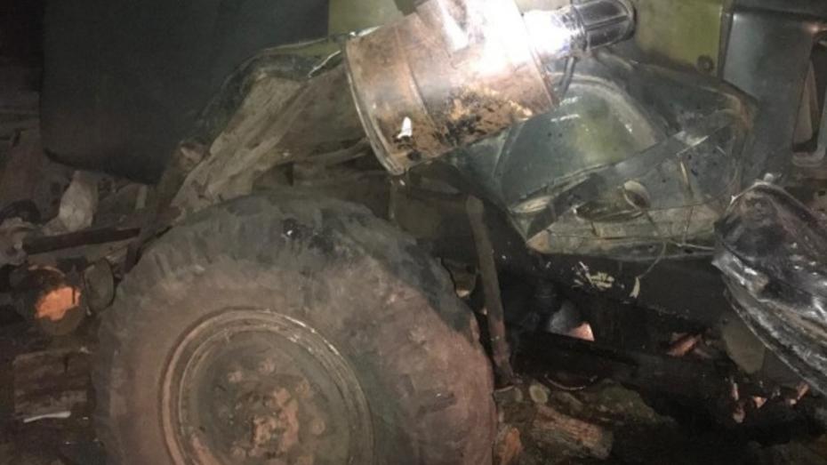 Ремонтировавший свой ЗИЛ водитель попал под колеса большегруза в Воронежской области