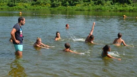 На центральном пляже Семилук открылась секция по обучению детей плаванию