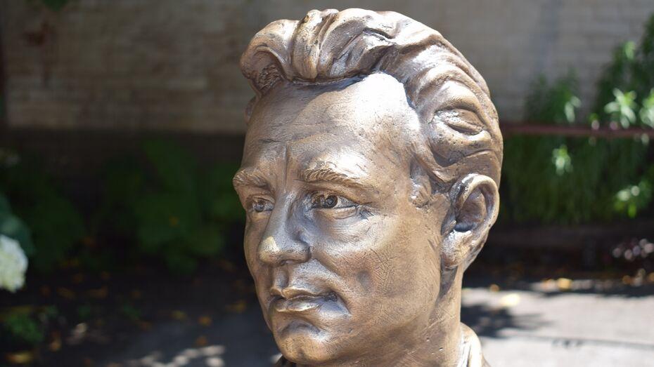 В Борисоглебск привезли скульптуру актера-земляка Николая Рыбникова