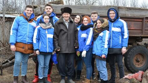 В Острогожском районе воронежские студенты помогают ветеранам и школьникам