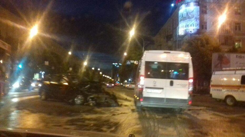 В ДТП с 2 Mercedes-Benz в центре Воронежа пострадали трое