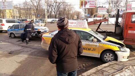 В Воронеже авария с машиной ГИБДД и такси спровоцировала пробку на Чернавском мосту