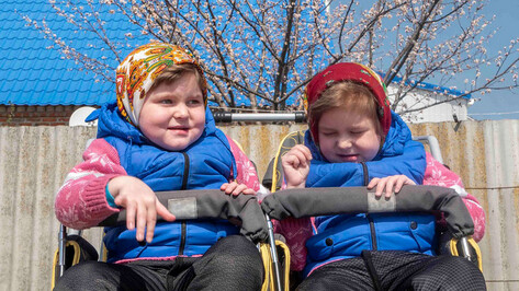 Родители 7-летних близняшек из верхнемамонского села попросили о помощи