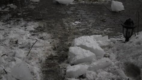 В центре Воронежа ледяная глыба травмировала пенсионерку