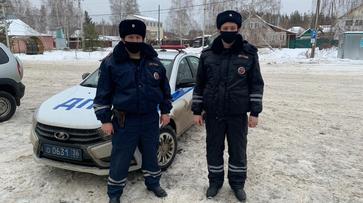Инспекторы ДПС помогли спасти мужчину с приступом эпилепсии в Воронежской области