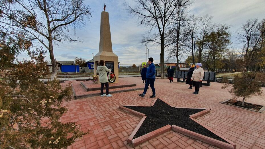 В острогожском селе Гнилое активисты отремонтировали памятник воинам-односельчанам
