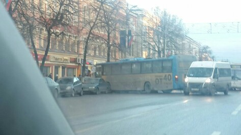 Автобус №90 попал в ДТП в центре Воронежа