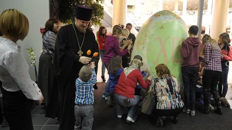 Воронежцы расписали гигантское пасхальное яйцо