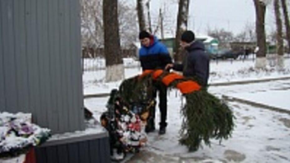 В селе Яблочное Хохольского района на братской могиле школьники рассыпали горсть сибирской земли