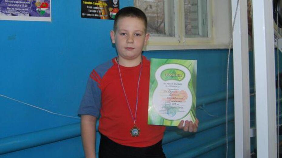 10-летний россошанец Денис Чеботок поднял гирю 346 раз