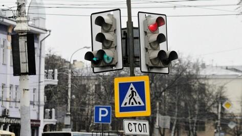 Воронежцы пожаловались на постоянно горящий красным светом «умный» светофор у камеры