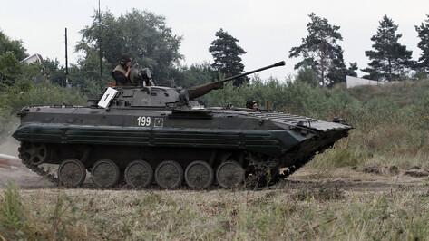 Контрактника зажало между БМП в Воронежской области