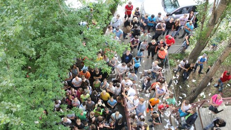 Воронежские общественники, выбросившие в окно 100 тысяч рублей, официально извинились перед липчанами