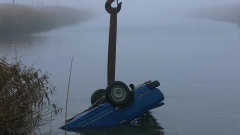 В Эртильском районе из реки вытащили автомобиль с двумя трупами