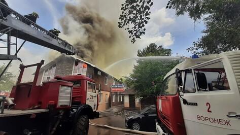 Пожарным пришлось перекрыть дорогу из-за возгорания отеля в Воронеже