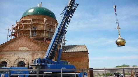 В Верхнемамонском районе подняли купольный крест на храм Иоанна Богослова