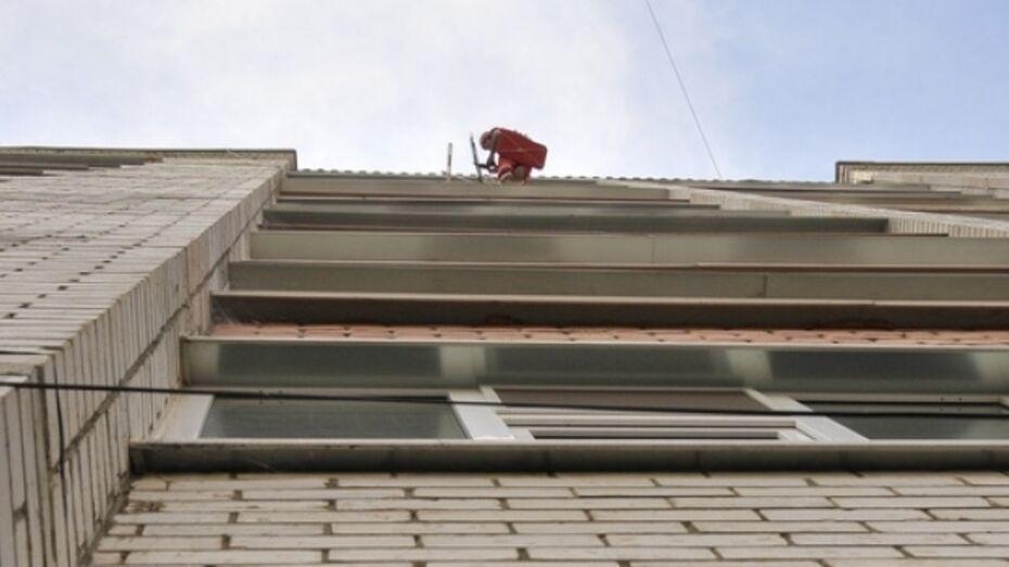В Воронеже 40-летний мужчина выбросился с 14 этажа на глазах у своей матери