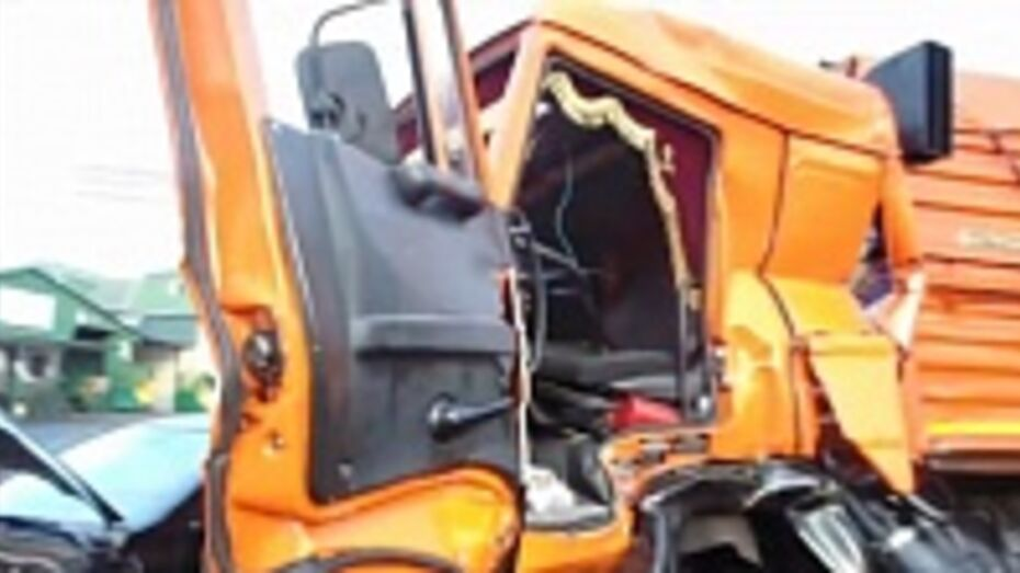 В Курской области воронежец въехал на «КамАЗе» под товарный поезд