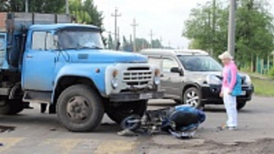 На оживленном перекрестке в Таловой столкнулись грузовик и скутер